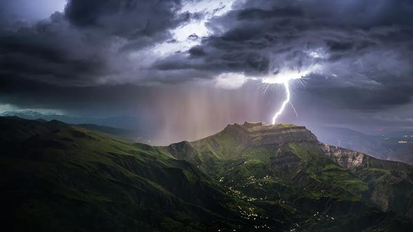 El legendario monte Montura, el más famoso de Daguestán, con un raro fenómeno de la naturaleza: un rayo que cae directamente en la cima.  - Sputnik Mundo
