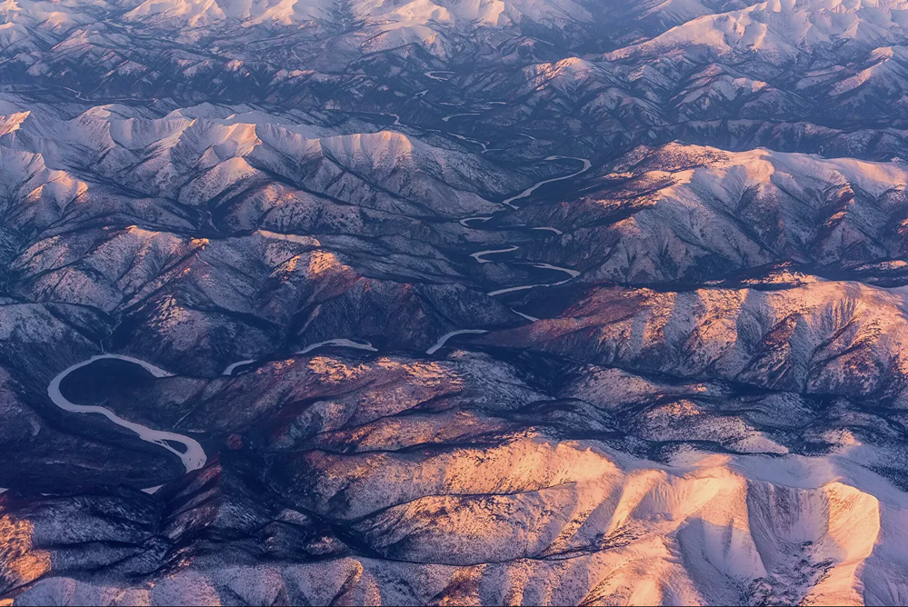 La parte oriental de los montes Sayanes ocupa una parte de la región de Krasnoyarsk, Buriatia, la región de Irkutsk y Tuva, hasta el lago Baikal.