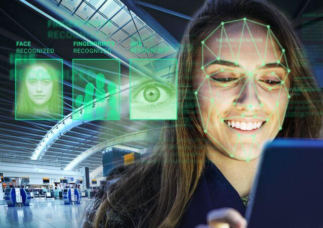 Una mujer realiza indentificación biométrica