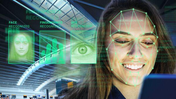 Una mujer realiza indentificación biométrica - Sputnik Mundo
