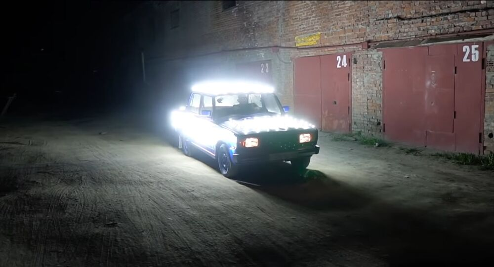 Un Lada con 300 bombillas
