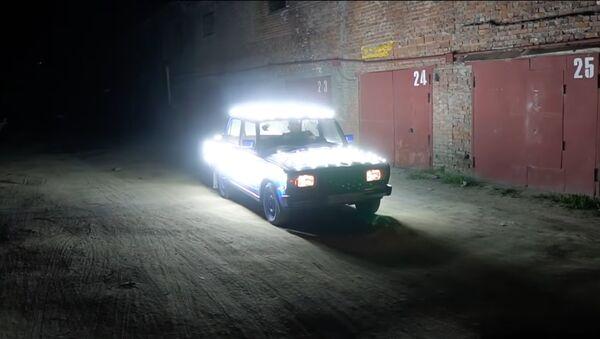 Un Lada con 300 bombillas - Sputnik Mundo
