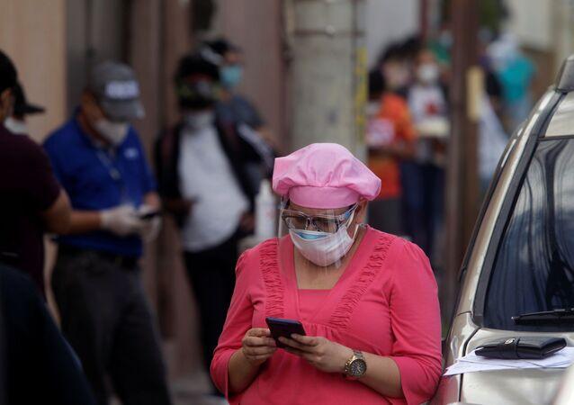 Una mujer con mascarilla en Honduras