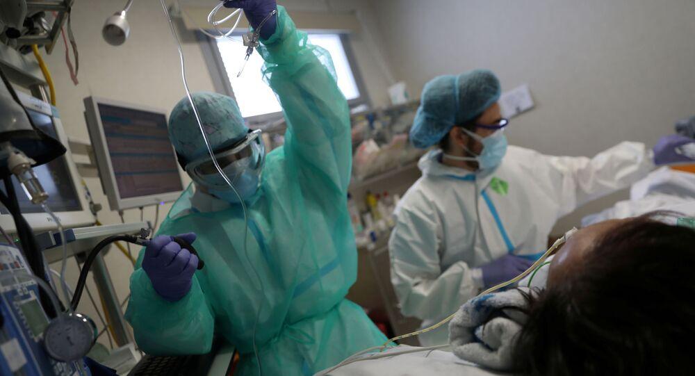 Personal médico atiende a un paciente con COVID-19 en España