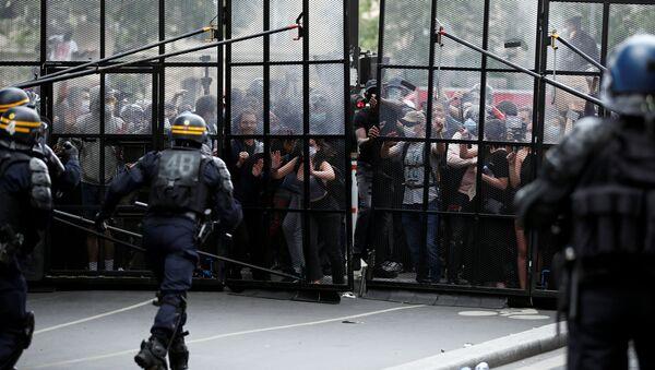 Protestas contra contra el racismo y la violencia policial en París - Sputnik Mundo