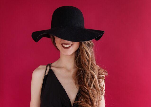 Una joven con sombrero