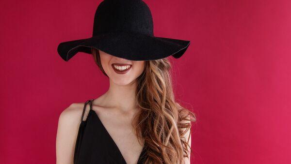 Una joven con sombrero - Sputnik Mundo