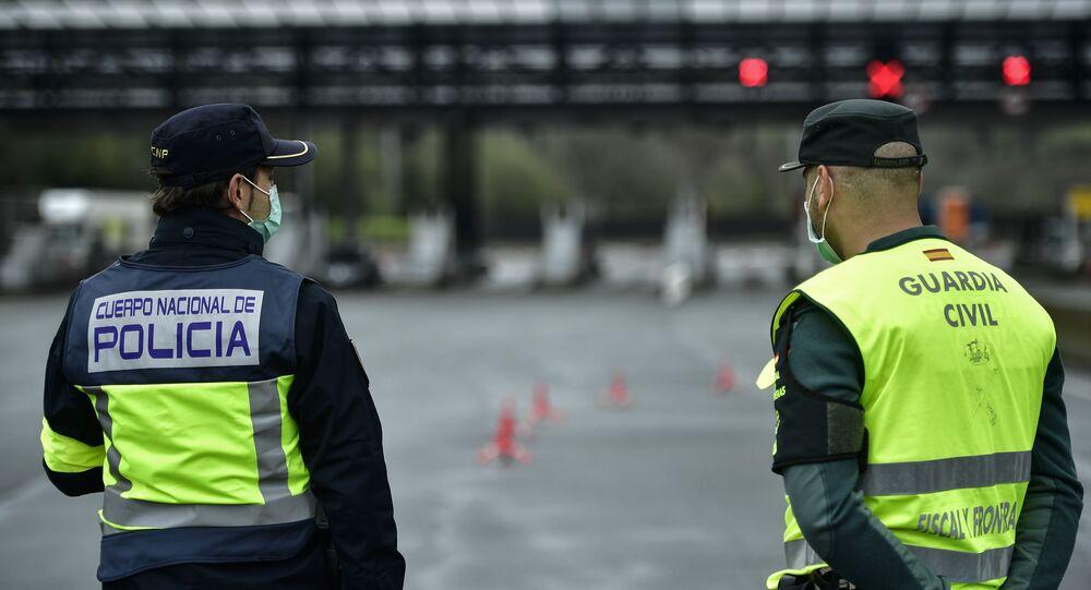 Agentes de la Policía y la Guardia Civil en la frontera de España con Francia