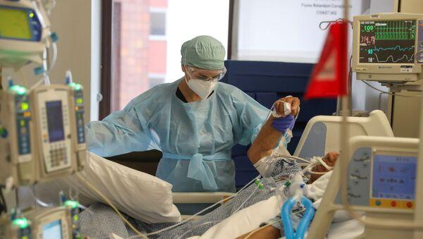 Un paciente con COVID-19 en EEUU - Sputnik Mundo