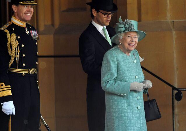La reina Isabel asiste a una ceremonia ejecutada por soldados de la Guardia Galesa