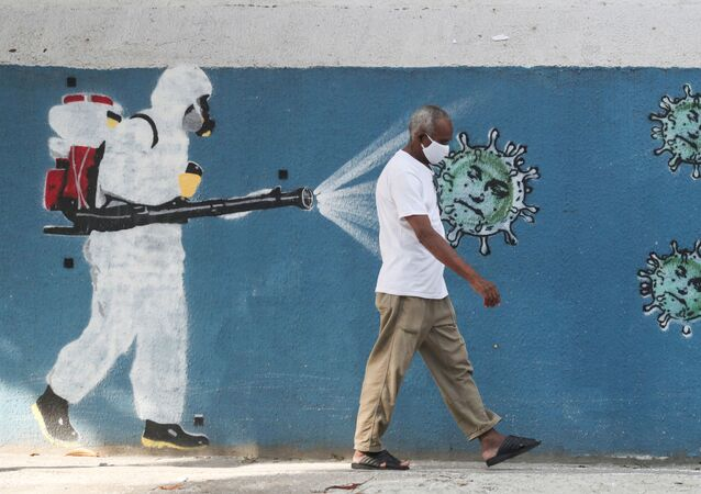 Un hombre caminando por las calles de Río de Janeiro, Brasil