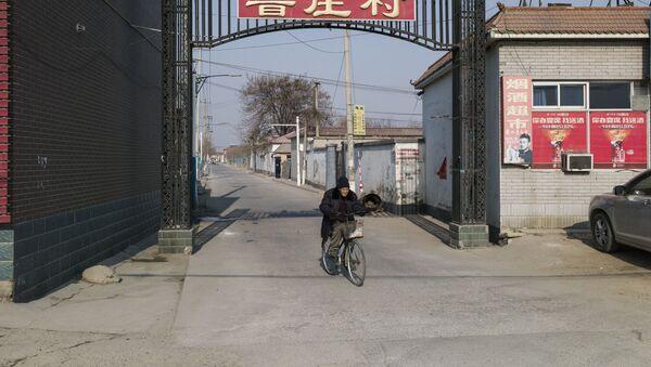 Un hombre en Baoding, China - Sputnik Mundo