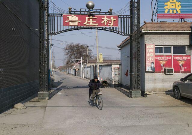 Un hombre en Baoding, China