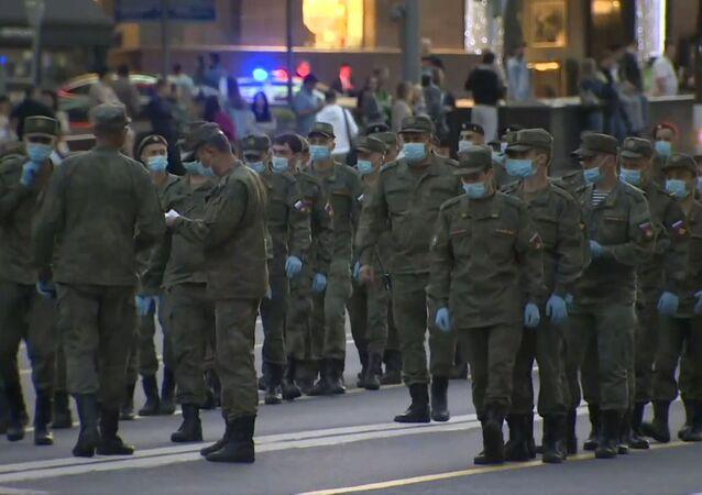 Los militares rusos se preparan para el Desfile de la Victoria en las calles de Moscú