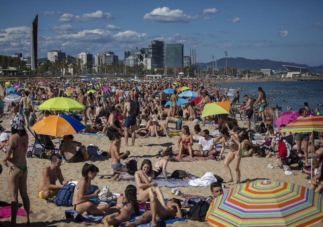 La playa de Barcelona repleta de personas que no respetan la distancia de seguridad