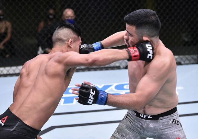 El luchador Tyson Nam pelea con el luchador Zarrukh Adashev