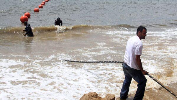 Técnicos desplegando un cable de Internet en Gabón - Sputnik Mundo