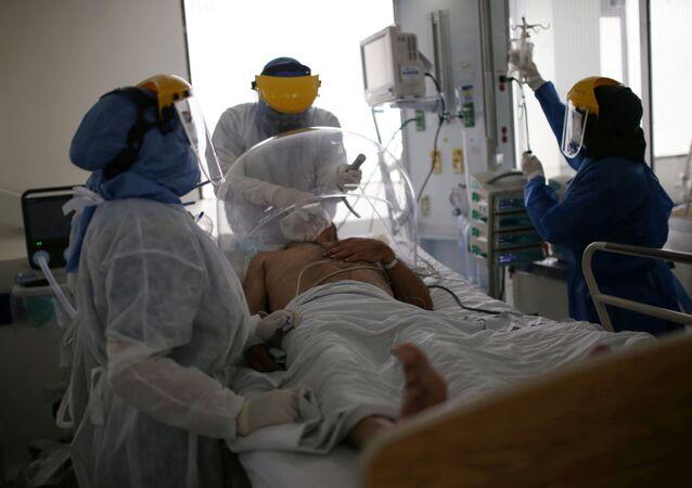 Los médicos atienden a un paciente con coronavirus en Bogotá
