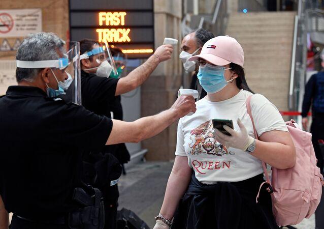 La gente en mascarillas en Minano, Italia