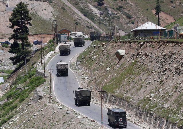 Una caravana de vehículos militares de la India en la región de Cachemira