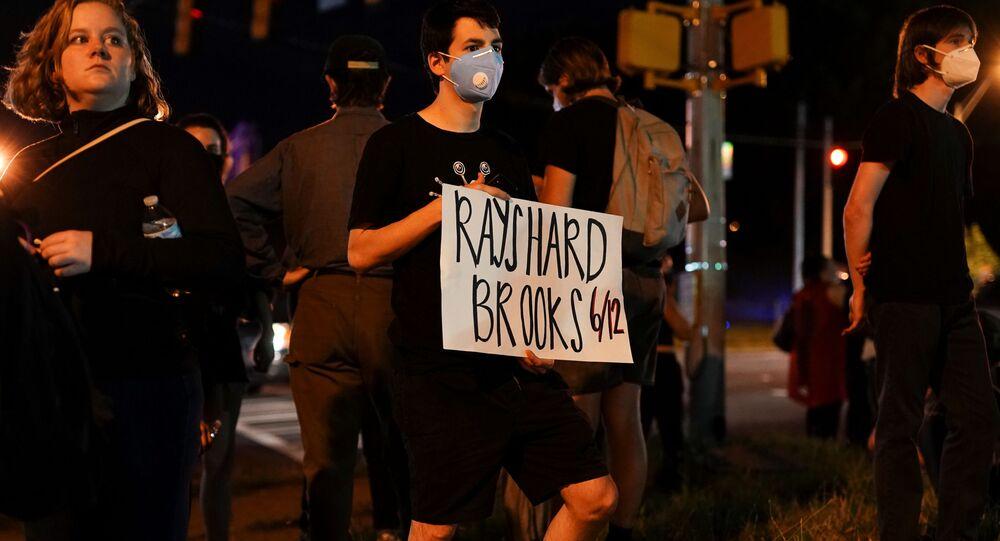 Un manifestante durante las protestas antiracistas en Atlanta, EEUU