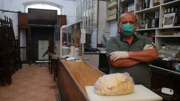 César Casusol, dueño del bar Juanito de Lima, con un jamón típico peruano - Sputnik Mundo
