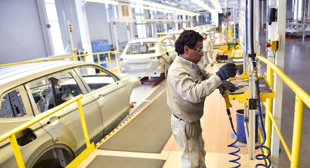 Un trabajador en la planta de Volkswagen en Puebla