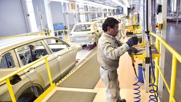 Un trabajador en la planta de Volkswagen en Puebla - Sputnik Mundo