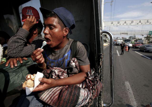Un migrante centroamericano dirigiéndose a EEUU