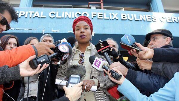 Paola Palacios frente a Hospital Félix Bulnes - Sputnik Mundo
