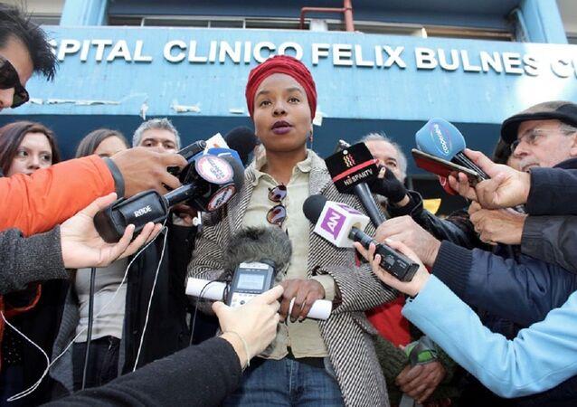 Paola Palacios frente a Hospital Félix Bulnes