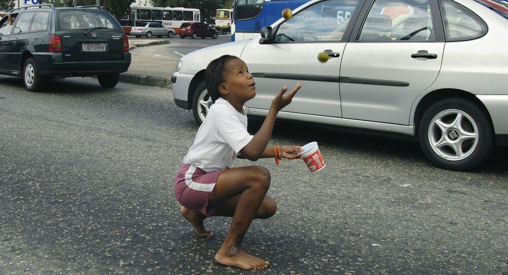 Una niña haciendo malabares en un semáforo en Brasil