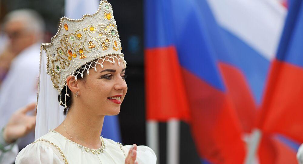 Una mujer en el traje tradicional ruso