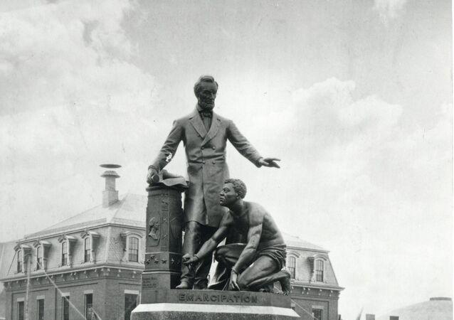 Estatua que representa al expresidente de EEUU, Abraham Lincoln, parado al lado de esclavo negro, en el centro de Boston, EEUU