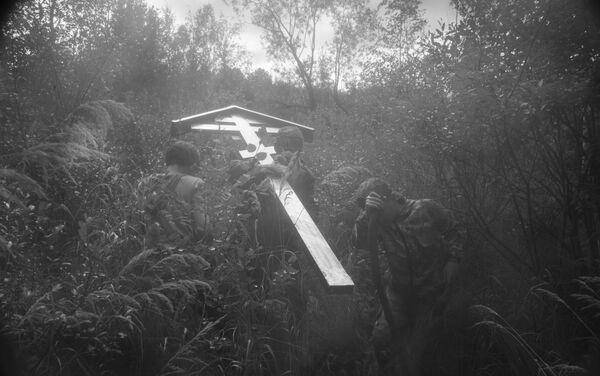 'Viejos creyentes llevan una cruz para erigirla en el sitio de las ermitas' por Fyodor Telkov, Rusia - Sputnik Mundo