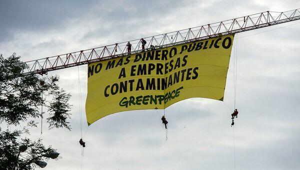 Pancarta de Greenpeace contra las ayudas gubernamentales a empresas contaminantes.  - Sputnik Mundo