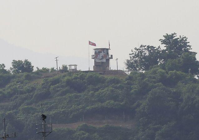 Las banderas de Corea del Norte y Corea del Sur en la ciudad fronteriza