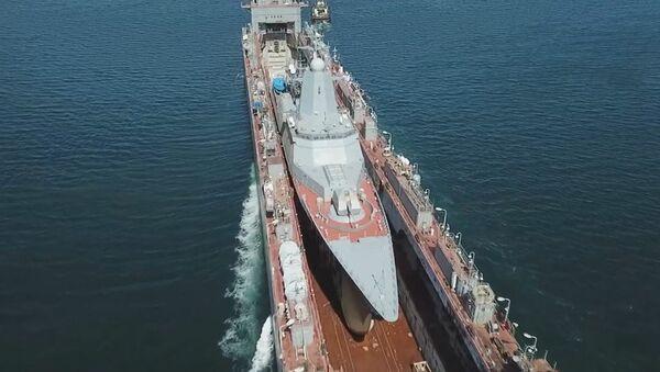 Un barco dentro de otro: llevan una nueva corbeta polivalente rusa a Vladivostok - Sputnik Mundo