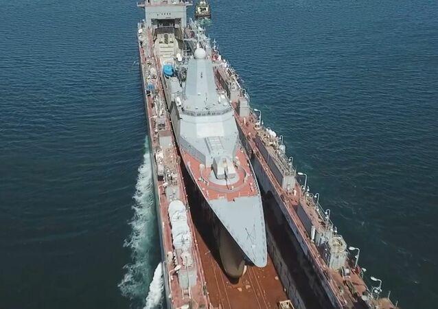 Un barco dentro de otro: llevan una nueva corbeta polivalente rusa a Vladivostok