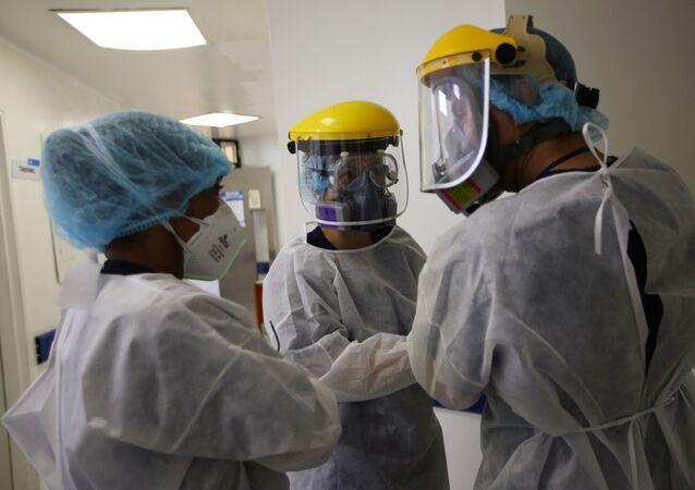 Unos médicos en un hospital de Bogotá, Colombia