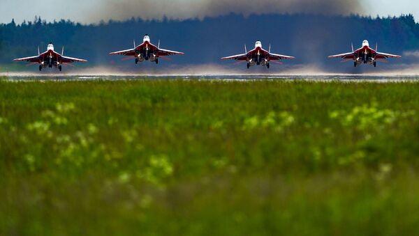 Más de 70 aeronaves surcan el cielo en el ensayo final del Desfile de la Victoria - Sputnik Mundo