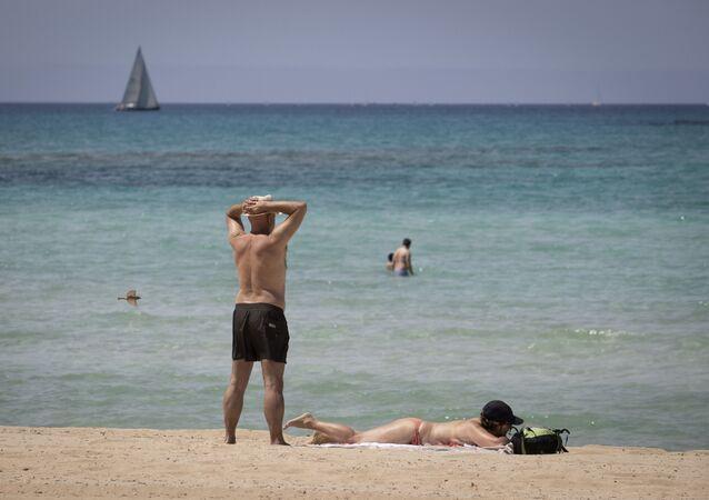 Bañistas en Palma de Mallorca (imagen referencial)