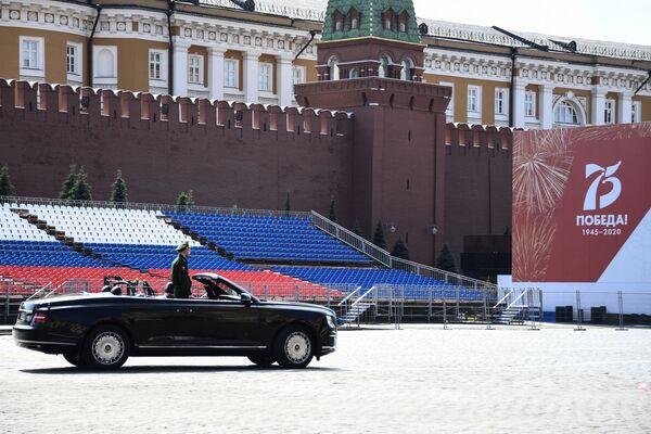 Limusinas descapotables Aurus se preparan para desfilar en la Plaza Roja - Sputnik Mundo