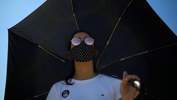 Una mujer en mascarilla en Brasilia - Sputnik Mundo