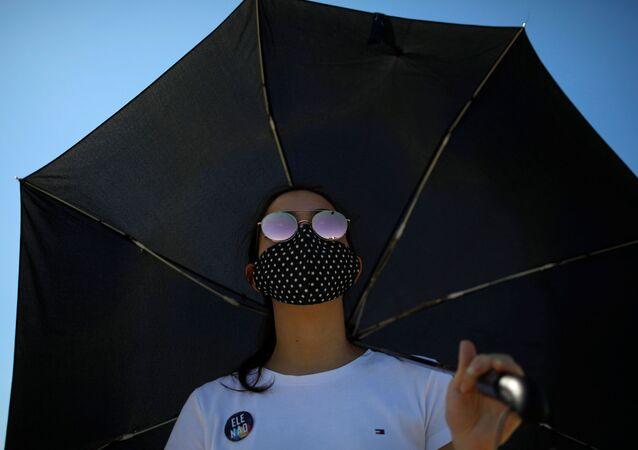 Una mujer en mascarilla en Brasilia