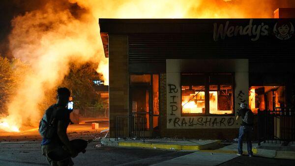 Disturbios en Atlanta tras la muerte del afroestadounidense Rayshard Brooks a manos de la Policía - Sputnik Mundo