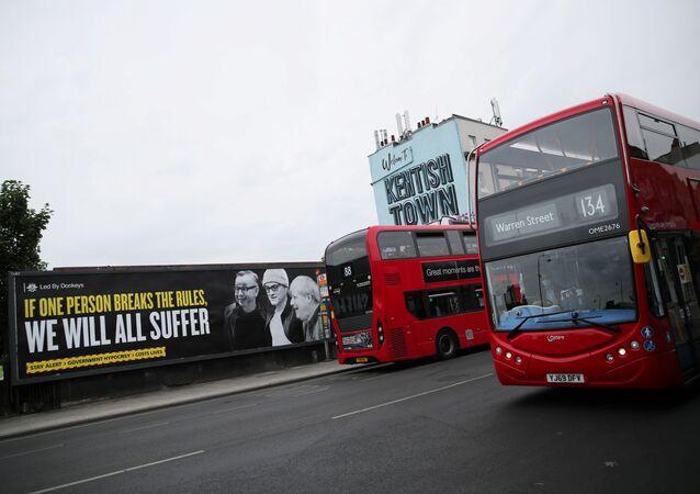 Una pancarta con las imágenes de Michael Gove, Dominic Cummings y Boris Johnson en Londres