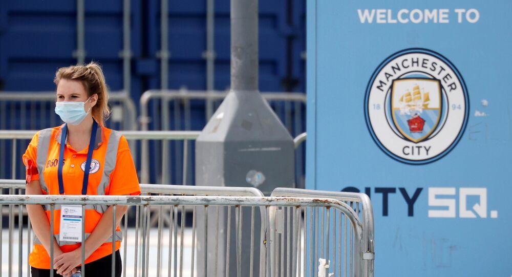 Control en la entrada del Etihad Stadium en Manchester, el Reino Unido