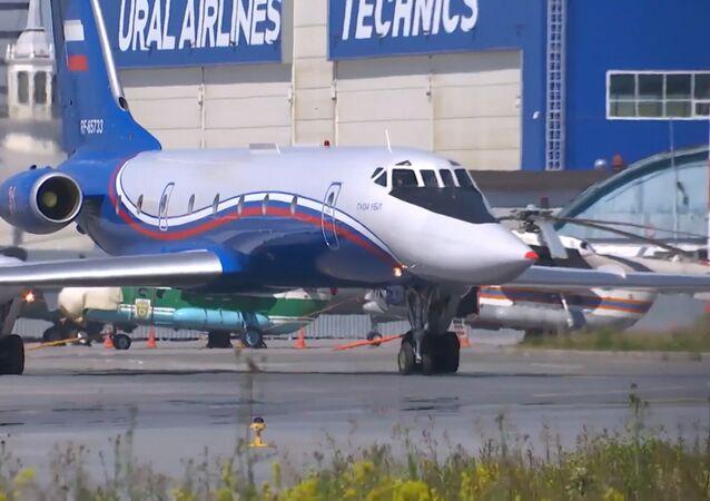 El avión de pasajeros Tu-134 se prepara para el Desfile de la Victoria