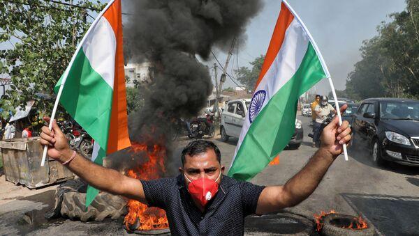 Un manifestante con la bandera de la India en las protestas tras el enfrentamiento entre militares en la frontera entre la India y China - Sputnik Mundo